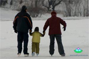 familie-beim-schlittschuhlaufen